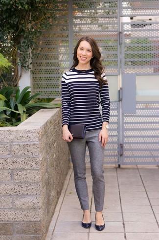 Wie kombinieren: schwarzer und weißer horizontal gestreifter Pullover mit einem Rundhalsausschnitt, graue Wollenge hose, schwarze Leder Pumps, goldene Uhr