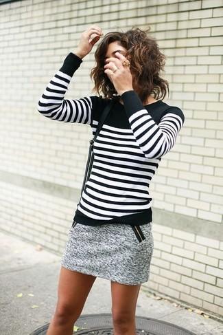 Wie kombinieren: schwarzer und weißer horizontal gestreifter Pullover mit einem Rundhalsausschnitt, grauer Tweed Minirock, schwarze Leder Umhängetasche, goldener Ring