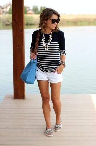 Wie kombinieren: schwarzer und weißer horizontal gestreifter Pullover mit einem Rundhalsausschnitt, weiße Shorts, graue Leder Bootsschuhe, türkise Shopper Tasche aus Leder