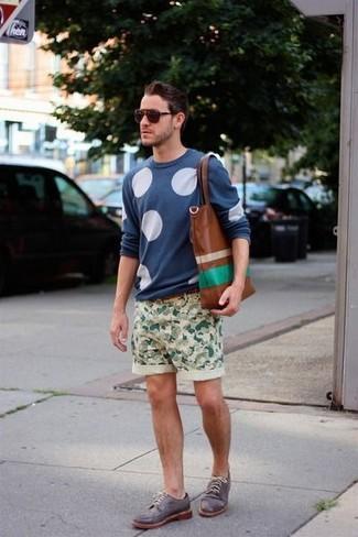 Wie kombinieren: blauer gepunkteter Pullover mit einem Rundhalsausschnitt, hellbeige Camouflage Shorts, dunkelgraue Leder Derby Schuhe, braune Shopper Tasche aus Leder