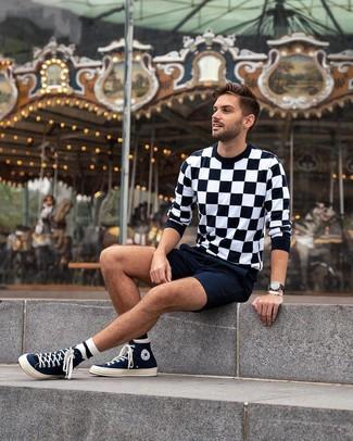 Wie kombinieren: schwarzer und weißer Pullover mit einem Rundhalsausschnitt mit Karomuster, dunkelblaue Shorts, dunkelblaue hohe Sneakers aus Segeltuch, schwarze Lederuhr