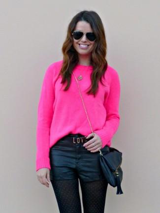 Wie kombinieren: fuchsia Pullover mit einem Rundhalsausschnitt, schwarze Ledershorts, schwarze Leder Umhängetasche, schwarze Sonnenbrille