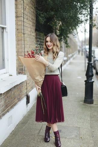 Wie kombinieren: silberner Pullover mit einem Rundhalsausschnitt, lila Falten Midirock, dunkelrote Leder Stiefeletten, dunkelrote Leder Umhängetasche