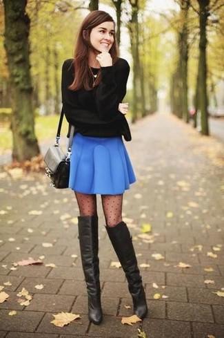 Wie kombinieren: schwarzer Pullover mit einem Rundhalsausschnitt, blauer Skaterrock, schwarze Overknee Stiefel aus Leder, schwarze Leder Umhängetasche
