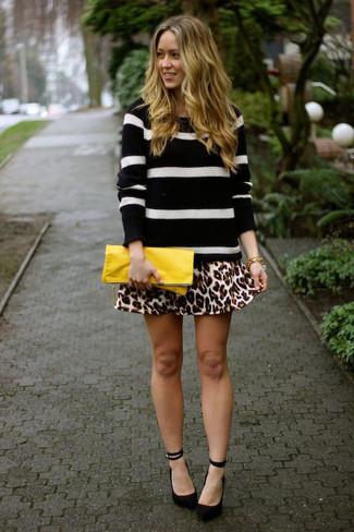 Wie kombinieren: schwarzer und weißer horizontal gestreifter Pullover mit einem Rundhalsausschnitt, beige Skaterrock mit Leopardenmuster, schwarze Wildleder Pumps, gelbe Leder Clutch