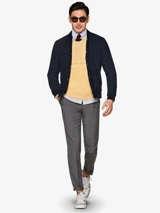 Dunkelblaue Strickjacke kombinieren: trends 2020: Entscheiden Sie sich für eine dunkelblaue Strickjacke und eine graue Chinohose für ein bequemes Outfit, das außerdem gut zusammen passt. Suchen Sie nach leichtem Schuhwerk? Ergänzen Sie Ihr Outfit mit grauen Segeltuch niedrigen Sneakers für den Tag.
