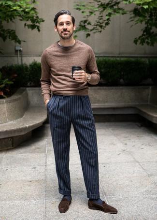 Dunkelbraune Wildleder Slipper kombinieren: Die Paarung aus einem braunen Pullover mit einem Rundhalsausschnitt und einer dunkelblauen und weißen vertikal gestreiften Anzughose ist eine kluge Wahl für einen Tag im Büro. Fühlen Sie sich mutig? Ergänzen Sie Ihr Outfit mit dunkelbraunen Wildleder Slippern.