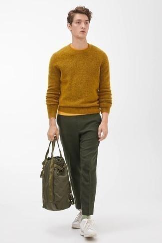 Rotbraunen Pullover mit einem Rundhalsausschnitt kombinieren – 148 Herren Outfits: Kombinieren Sie einen rotbraunen Pullover mit einem Rundhalsausschnitt mit einer dunkelgrünen Anzughose für einen stilvollen, eleganten Look. Fühlen Sie sich ideenreich? Wählen Sie hellbeige Sportschuhe.