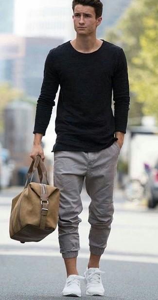 Wie kombinieren: schwarzer Pullover mit einem Rundhalsausschnitt, schwarzes T-Shirt mit einem Rundhalsausschnitt, graue Chinohose, weiße niedrige Sneakers