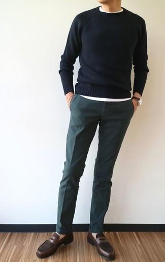 Wie kombinieren: schwarzer Pullover mit einem Rundhalsausschnitt, weißes T-Shirt mit einem Rundhalsausschnitt, dunkelgrüne Chinohose, dunkelbraune Leder Slipper