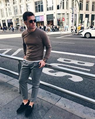 Wie kombinieren: brauner Pullover mit einem Rundhalsausschnitt, weißes T-Shirt mit einem Rundhalsausschnitt, graue vertikal gestreifte Chinohose, schwarze Wildleder Slipper mit Quasten