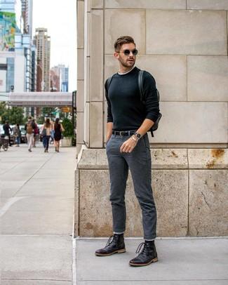 Wie kombinieren: schwarzer Pullover mit einem Rundhalsausschnitt, weißes T-Shirt mit einem Rundhalsausschnitt, dunkelgraue Chinohose, schwarze Lederfreizeitstiefel