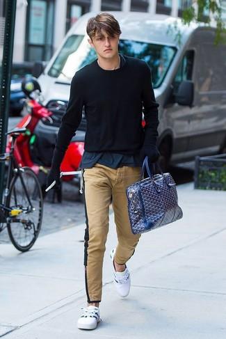 Wie kombinieren: schwarzer Pullover mit einem Rundhalsausschnitt, dunkelblaues T-Shirt mit einem Rundhalsausschnitt, beige Chinohose, weiße niedrige Sneakers