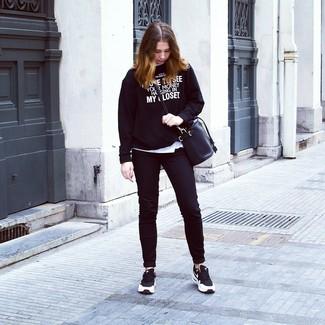 Wie kombinieren: schwarzer und weißer bedruckter Pullover mit einem Rundhalsausschnitt, weißes T-Shirt mit einem Rundhalsausschnitt, schwarze enge Jeans, schwarze und weiße Sportschuhe