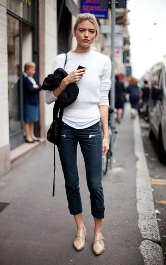 Wie kombinieren: weißer flauschiger Pullover mit einem Rundhalsausschnitt, weißes T-Shirt mit einem Rundhalsausschnitt, dunkelblaue enge Jeans, beige Leder Slipper