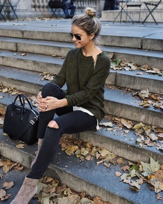 Wie kombinieren: dunkelgrüner Pullover mit einem Rundhalsausschnitt, weißes T-Shirt mit einem Rundhalsausschnitt, schwarze enge Jeans mit Destroyed-Effekten, hellbeige Wildleder Stiefeletten