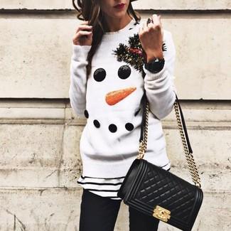 Wie kombinieren: weißer Pullover mit einem Rundhalsausschnitt mit Weihnachten Muster, weißes und schwarzes horizontal gestreiftes T-Shirt mit einem Rundhalsausschnitt, schwarze enge Jeans, schwarze gesteppte Leder Umhängetasche
