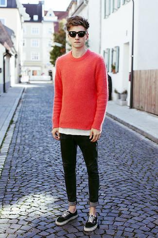 Wie kombinieren: roter Pullover mit einem Rundhalsausschnitt, weißes T-Shirt mit einem Rundhalsausschnitt, schwarze enge Jeans, schwarze niedrige Sneakers