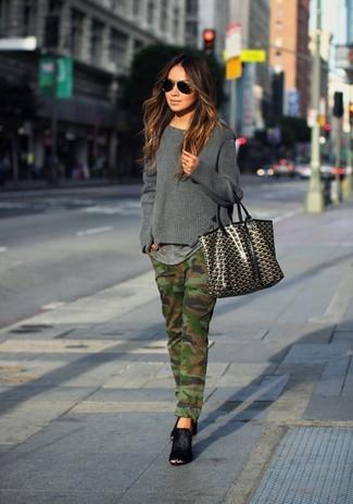 Wie kombinieren: dunkelgrauer Pullover mit einem Rundhalsausschnitt, graues T-Shirt mit einem Rundhalsausschnitt, olivgrüne Camouflage Jeans, schwarze Wildleder Pantoletten
