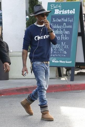Wie kombinieren: dunkelblauer bedruckter Pullover mit einem Rundhalsausschnitt, weißes T-Shirt mit einem Rundhalsausschnitt, blaue Jeans, beige Ugg Stiefel