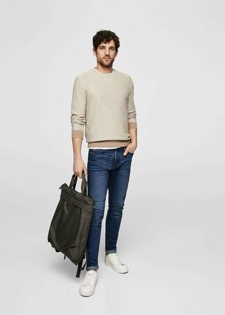 Wie kombinieren: hellbeige Pullover mit einem Rundhalsausschnitt, weißes T-Shirt mit einem Rundhalsausschnitt, dunkelblaue Jeans, weiße Leder niedrige Sneakers