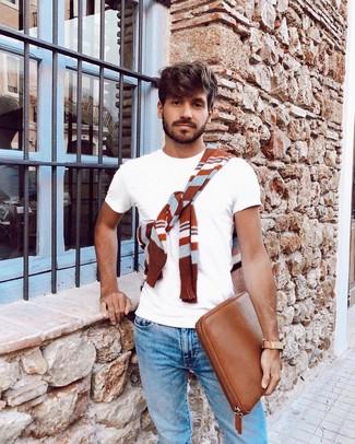 Wie kombinieren: rotbrauner horizontal gestreifter Pullover mit einem Rundhalsausschnitt, weißes T-Shirt mit einem Rundhalsausschnitt, hellblaue Jeans, rotbraune Leder Clutch Handtasche