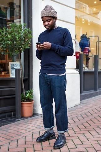 Weißes T-Shirt mit einem Rundhalsausschnitt kombinieren: trends 2020: Tragen Sie ein weißes T-Shirt mit einem Rundhalsausschnitt und dunkelblauen Jeans, um mühelos alles zu meistern, was auch immer der Tag bringen mag. Schwarze Leder Derby Schuhe putzen umgehend selbst den bequemsten Look heraus.