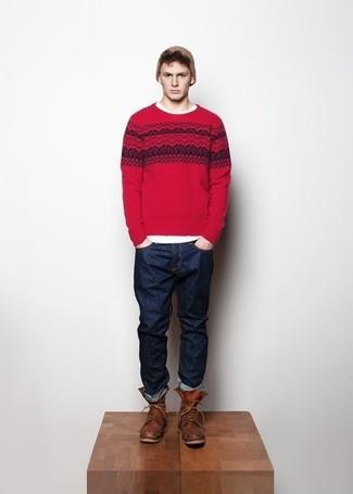 Wie kombinieren: roter Pullover mit einem Rundhalsausschnitt mit Fair Isle-Muster, weißes T-Shirt mit einem Rundhalsausschnitt, dunkelblaue Jeans, braune Lederfreizeitstiefel
