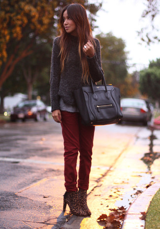 Grauen Pullover mit einem Rundhalsausschnitt kombinieren – 499 Damen Outfits: Um eine legere und harmonische Silhouette zu erreichen, probieren Sie die Paarung aus einem grauen Pullover mit einem Rundhalsausschnitt und dunkelroten Jeans. Komplettieren Sie Ihr Outfit mit braunen Stiefeletten mit Leopardenmuster.