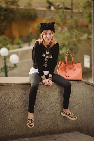 Wie kombinieren: schwarzer beschlagener Pullover mit einem Rundhalsausschnitt, weißes T-Shirt mit einem Rundhalsausschnitt, schwarze Leggings, beige Slip-On Sneakers aus Wildleder mit Leopardenmuster