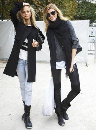 Grauen Pullover mit einem Rundhalsausschnitt kombinieren – 499 Damen Outfits: Wenn Sie einen lässigen Alltags-Look erzielen müssen, macht diese Kombination aus einem grauen Pullover mit einem Rundhalsausschnitt und schwarzen Lederleggings Sinn. Ergänzen Sie Ihr Outfit mit schwarzen Leder mittelalten Stiefeln, um Ihr Modebewusstsein zu zeigen.