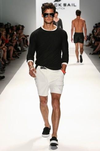 schwarzer Pullover mit einem Rundhalsausschnitt, weißes T-Shirt mit einem Rundhalsausschnitt, weiße Shorts, schwarze Slip-On Sneakers für Herren