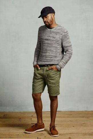 Dunkelgrauen Pullover mit einem Rundhalsausschnitt kombinieren für Sommer: trends 2020: Paaren Sie einen dunkelgrauen Pullover mit einem Rundhalsausschnitt mit olivgrünen Shorts, um mühelos alles zu meistern, was auch immer der Tag bringen mag. Fühlen Sie sich ideenreich? Komplettieren Sie Ihr Outfit mit rotbraunen Wildleder Derby Schuhen. Dieser Look ist hervorragend für den Sommer geeignet.