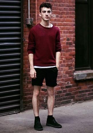 Schwarze Chukka-Stiefel aus Wildleder kombinieren: trends 2020: Erwägen Sie das Tragen von einem dunkelroten Pullover mit einem Rundhalsausschnitt und schwarzen Shorts für ein großartiges Wochenend-Outfit. Schwarze Chukka-Stiefel aus Wildleder sind eine ideale Wahl, um dieses Outfit zu vervollständigen.