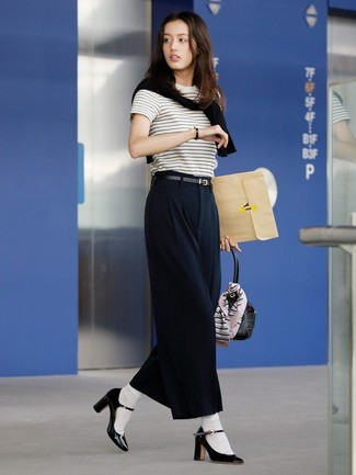 Wie kombinieren: schwarzer Pullover mit einem Rundhalsausschnitt, weißes und schwarzes horizontal gestreiftes T-Shirt mit einem Rundhalsausschnitt, schwarze weite Hose, schwarze Leder Pumps