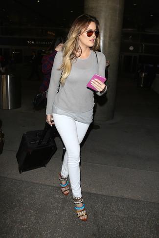 Wie kombinieren: grauer Pullover mit einem Rundhalsausschnitt, graues Trägershirt, weiße enge Jeans, mehrfarbige verzierte Leder Sandaletten