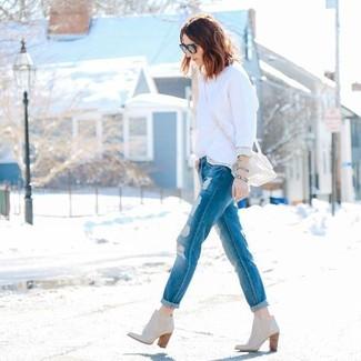 Wie kombinieren: weißer Pullover mit einem Rundhalsausschnitt, blaue Boyfriend Jeans mit Destroyed-Effekten, hellbeige Leder Stiefeletten, hellbeige Leder Umhängetasche
