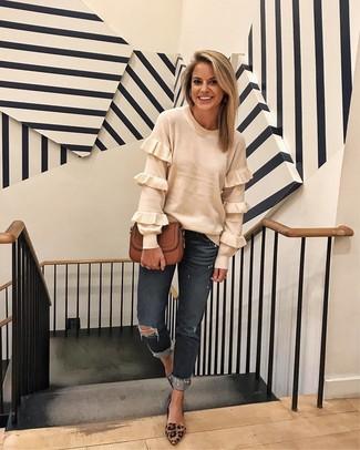 Dunkelgraue Boyfriend Jeans kombinieren – 13 Damen Outfits: Die Paarung aus einem weißen Pullover mit einem Rundhalsausschnitt mit Rüschen und dunkelgrauen Boyfriend Jeans ist eine kluge Option füreinen lässigen Trend-Look. Braune Wildleder Pumps mit Leopardenmuster sind eine großartige Wahl, um dieses Outfit zu vervollständigen.