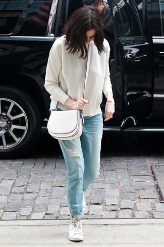 Wie kombinieren: weißer Pullover mit einem Rundhalsausschnitt, hellblaue Boyfriend Jeans mit Destroyed-Effekten, weiße niedrige Sneakers, weiße Leder Umhängetasche