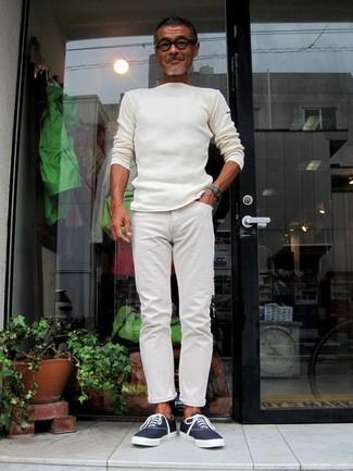 Wie kombinieren: weißer Pullover mit einem Rundhalsausschnitt, weiße Chinohose, dunkelblaue Segeltuch niedrige Sneakers, dunkelgrüne Uhr