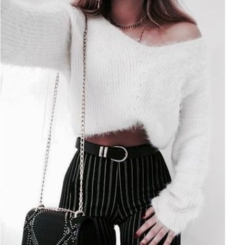 Wie kombinieren: weißer Mohair Pullover mit einem Rundhalsausschnitt, schwarze und weiße vertikal gestreifte enge Hose, schwarze verzierte Leder Umhängetasche, schwarzer Ledergürtel