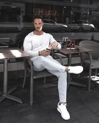 Wie kombinieren: weißer Pullover mit einem Rundhalsausschnitt, hellblaue enge Jeans, weiße niedrige Sneakers, silbernes Armband
