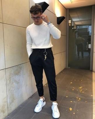 Weißen Pullover mit einem Rundhalsausschnitt kombinieren: trends 2020: Kombinieren Sie einen weißen Pullover mit einem Rundhalsausschnitt mit einer schwarzen Jogginghose, um mühelos alles zu meistern, was auch immer der Tag bringen mag. Komplettieren Sie Ihr Outfit mit weißen und schwarzen Leder niedrigen Sneakers.