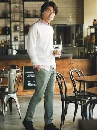 Wie kombinieren: weißer Pullover mit einem Rundhalsausschnitt, weißes und rotes vertikal gestreiftes Langarmhemd, olivgrüne Chinohose, schwarze Chukka-Stiefel aus Wildleder