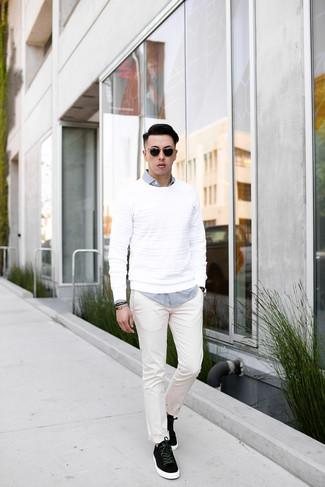 Wie kombinieren: weißer Pullover mit einem Rundhalsausschnitt, weißes und schwarzes Langarmhemd mit Vichy-Muster, weiße Chinohose, schwarze Wildleder niedrige Sneakers