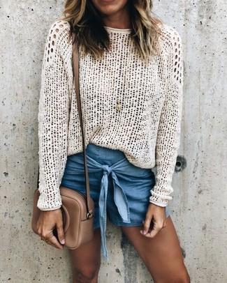 Wie kombinieren: weißer Häkel Pullover mit einem Rundhalsausschnitt, blaue Jeansshorts, braune Leder Umhängetasche, goldener Anhänger