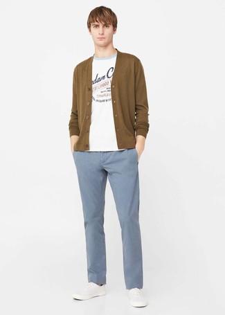 Wie kombinieren: weißer bedruckter Pullover mit einem Rundhalsausschnitt, senf Strickjacke, hellblaue Chinohose, weiße Leinenschuhe