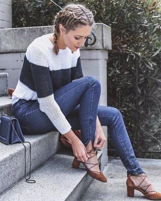 Wie kombinieren: weißer und dunkelblauer horizontal gestreifter Pullover mit einem Rundhalsausschnitt, dunkelblaue enge Jeans, braune Wildleder Pumps, dunkelblaue Leder Umhängetasche