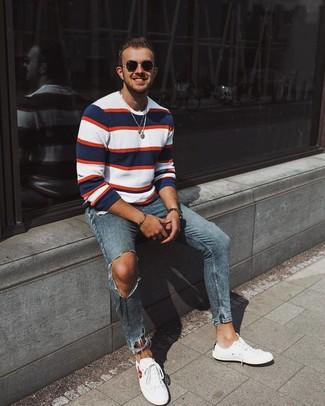 Wie kombinieren: weißer und roter und dunkelblauer horizontal gestreifter Pullover mit einem Rundhalsausschnitt, blaue enge Jeans mit Destroyed-Effekten, weiße niedrige Sneakers, schwarze Sonnenbrille