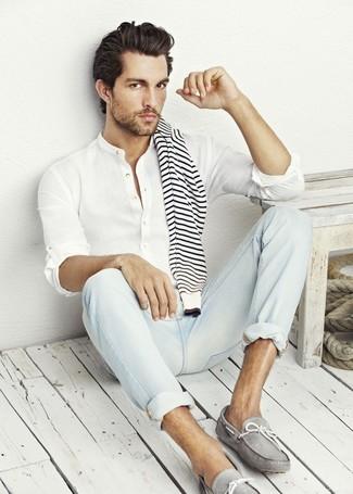 weißer und schwarzer horizontal gestreifter Pullover mit einem Rundhalsausschnitt, weißes Leinen Langarmhemd, hellblaue Jeans, graue Leder Mokassins für Herren